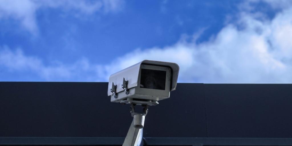 Faire la différence entre caméras analogiques et numériques en listant les avantages et les inconvénients.